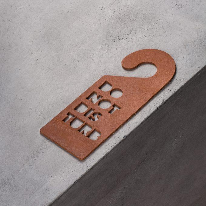 door-hanger-do-not-disturb-cognac-leather-gifts
