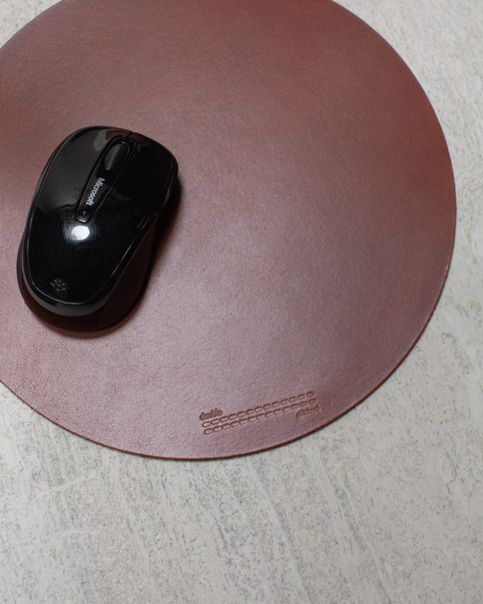 Double Stitched I Office Mouse Pad Round Cognac I www.double-stitched.com